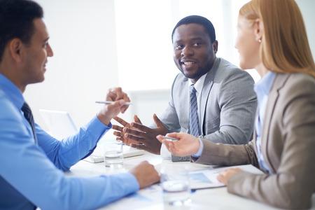 mujeres africanas: Hombre de negocios hablando a sus colegas en la reuni�n Foto de archivo