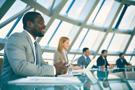 reuniones empresariales: Gente de negocios sentado en la reuni�n