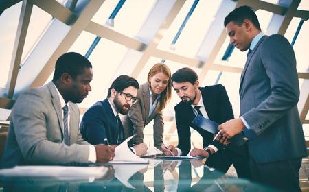 書類に署名するビジネス人々
