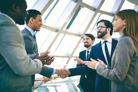 manos aplaudiendo: La gente de negocios d�ndose la mano y aplausos