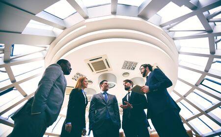 personas comunicandose: La gente de negocios que se comunican en sala de juntas
