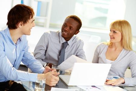 personas comunicandose: La gente de negocios que se comunican en la reunión