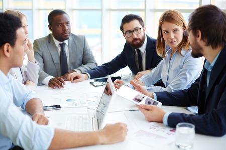 reuniones empresariales: Hombres de negocios reunidos en la exposici�n verbal Foto de archivo