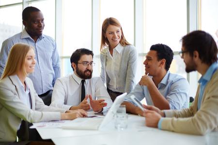 ejecutivo en oficina: Jefe reuniendo a sus trabajadores en la sala de juntas