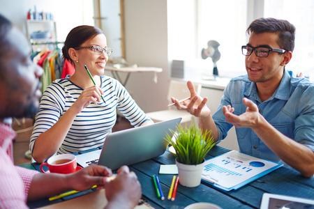 personas comunicandose: Grupo de personas que se comunican en el estudio