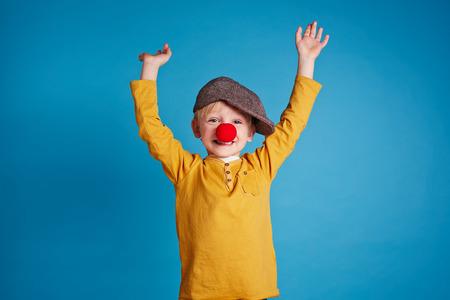 nez de clown: Portrait d'un gar�on avec nez de clown Banque d'images