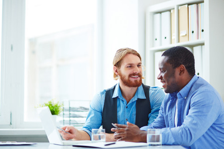 trabajadores: Dos trabajadores de oficina hablando de negocios