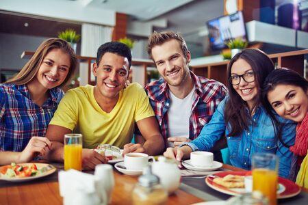 personas mirando: Gente joven alegre mirando a la c�mara y sonriendo
