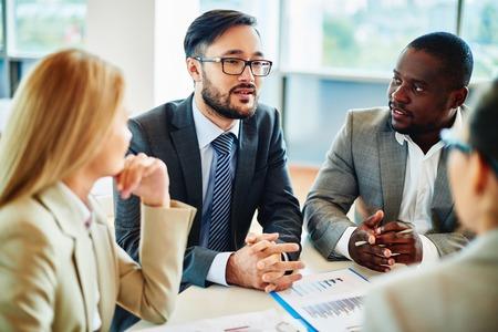 profesionistas: Hombre de negocios serio que explica sus ideas a los gerentes de la reuni�n