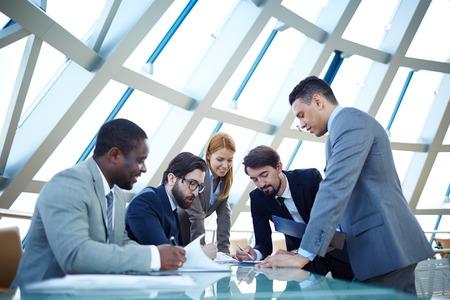 문서 또는 계획을 논의하는 비즈니스 파트너