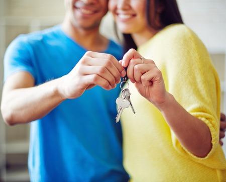 Jeune couple clé Affichage de nouvelle maison Banque d'images - 38391499