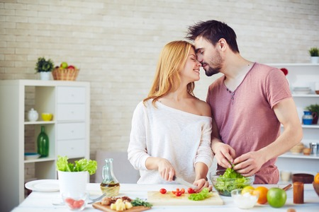 부엌에서 요리하는 사랑하는 젊은 부부 스톡 콘텐츠