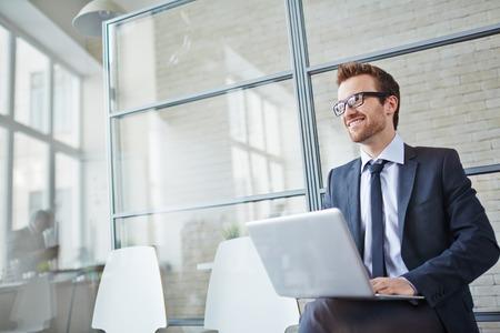 persona feliz: Hombre de negocios feliz en red en la oficina