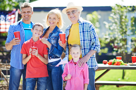 family picnic: Hombre mayor feliz y joven pareja con dos niños de pasar el fin de semana al aire libre Foto de archivo