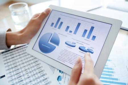 디지털 태블릿 및 여성 손으로 마케팅 데이터 스톡 콘텐츠