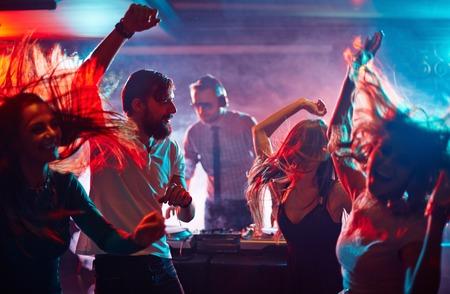 Groep dansende vrienden genieten night party Stockfoto