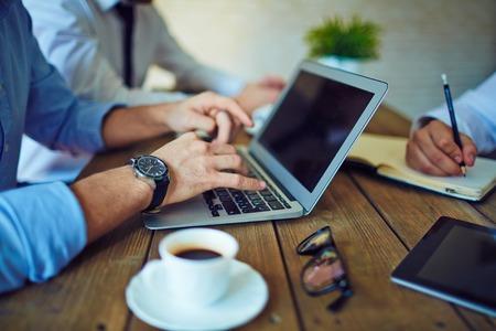 typing: Manos masculinas que pulsan en el teclado de la computadora port�til en el entorno de trabajo