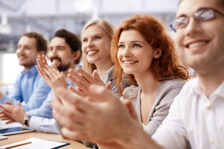 ビジネス パートナー会議で拍手のグループ