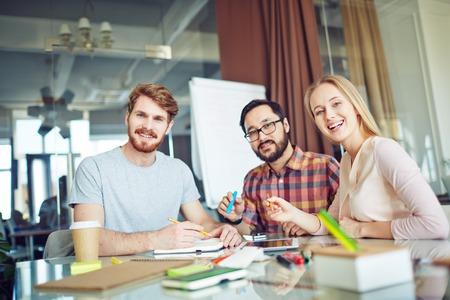 travailleur: Groupe de trois partenaires d'affaires gaies regardant la cam�ra Banque d'images