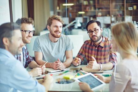 gerente: Grupo de administradores de confianza escuchando empleada