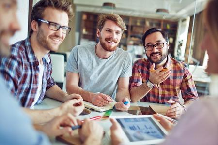 obrero trabajando: Grupo de trabajadores de sexo masculino de hablar con compa�ero de trabajo
