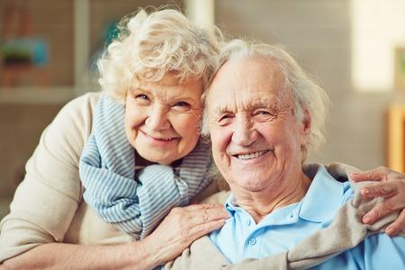 Gelukkig senioren op zoek naar camera Stockfoto