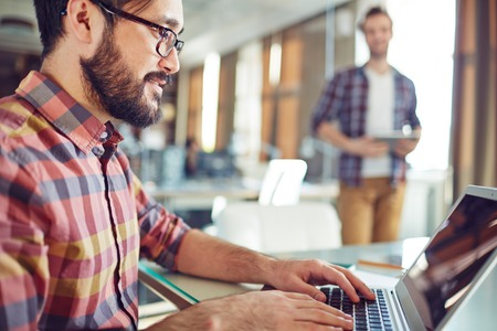 red informatica: Apuesto hombre de negocios en red en la oficina