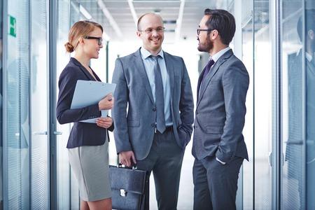reuniones empresariales: Grupo de socios de negocios exitosos que han reuni�n