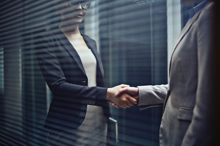 negociacion: Primer plano de dos mujeres de negocios apret�n de manos