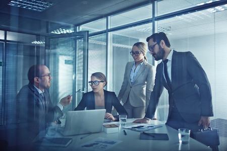 talking: Groupe de partenaires d'affaires �l�gantes parler lors de la r�union dans le bureau