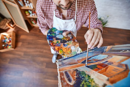 Male artist painting Venetian street Banque d'images