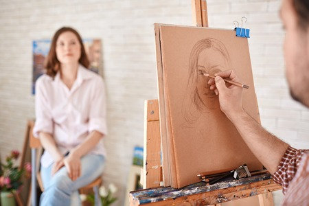 femme dessin: Main de l'artiste masculin dessin sa muse Banque d'images