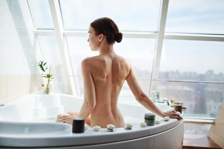 mujer desnuda de espalda: Bare mujer que disfruta del baño por la mañana Foto de archivo