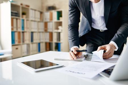 ejecutivo en oficina: Empresario busca a trav�s de documentos en la oficina Foto de archivo
