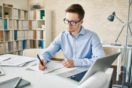 jornada de trabajo: Hombre de negocios haciendo notas o escribir planes de días de trabajo
