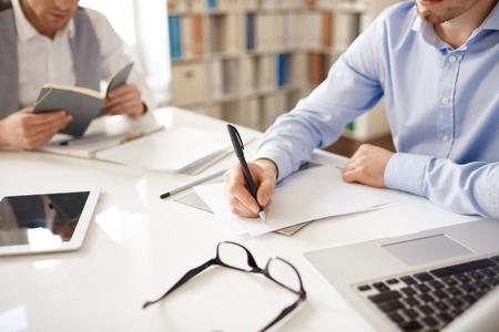 Empresario escribir sus ideas sobre el papel en el entorno de trabajo
