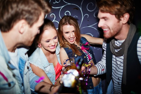 clubbers: Grupo de los clubbers felices con tostado champ�n en la fiesta