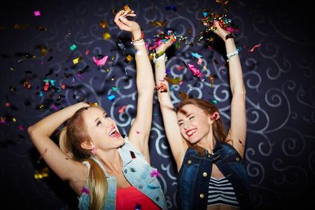 Dos chicas enérgicas bailando en club nocturno Foto de archivo - 40023422