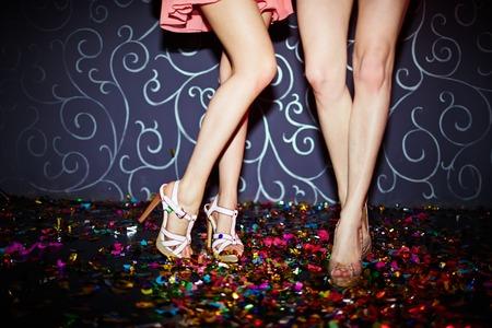 chicas bailando: Piernas de dos muchachas que bailan en club nocturno Foto de archivo