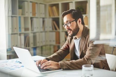 Hombre de negocios joven escribiendo en la oficina Foto de archivo - 40073168