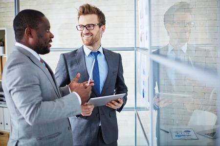 オフィスでの会議でアイデアを共有 2 つ自信を持って同僚