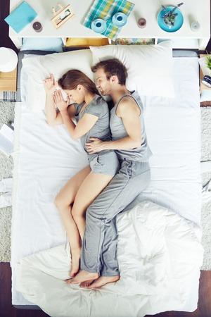 pareja durmiendo: Pareja joven de dormir en la cama