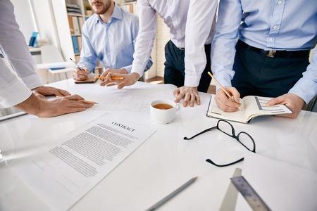 grupos de personas: Grupo de arquitectos durante la discusión de su trabajo