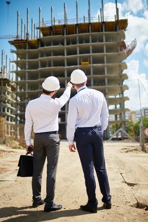 arquitecto: Dos arquitectos de pie delante de nueva construcci�n