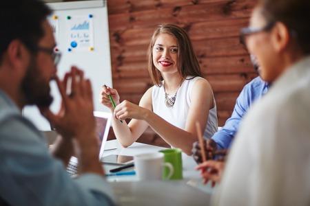 glücklich: Glücklicher Manager Blick auf Kollegen während eines Gesprächs Lizenzfreie Bilder
