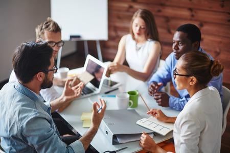 üzlet: Csoport többnemzetiségű üzleti partnerek megbeszélése ötletek Stock fotó