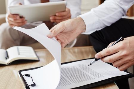 Mannelijke werknemer met pen wijzend op contract Stockfoto