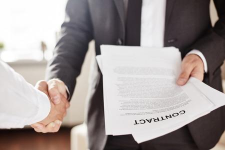 contratos: El hombre de negocios con el saludo contrato de su nuevo compañero