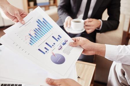 documentos de retención de los empleados varones con datos financieros