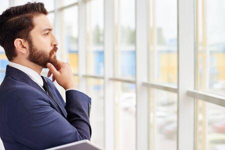 gente adulta: Hombre de negocios pensativo mirando en la ventana Foto de archivo
